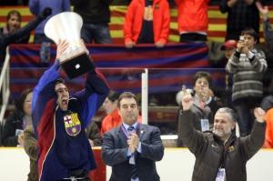 El capitàn del FC Barcelona, Enrique Zapata, levanta la copa que acredita a su equipo como nuevo campeón de Liga.